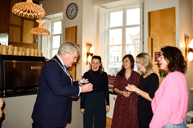 Burgemeester Jan van Zanen draagt zijn sokje bij aan #merrysockmas